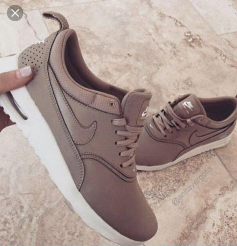 beżowe buty sportowe nike
