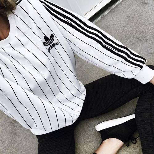 biała bluza adidas w czarne paski